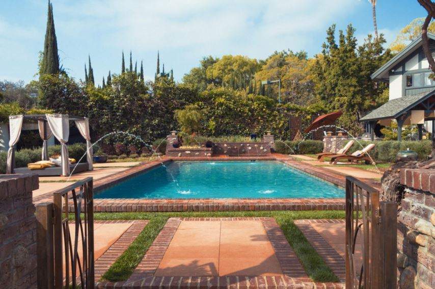 designing pool deck with artificial grass